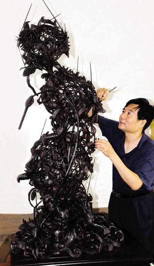 两百公斤重紫檀木雕出巨型龙虾蟹篓(图)