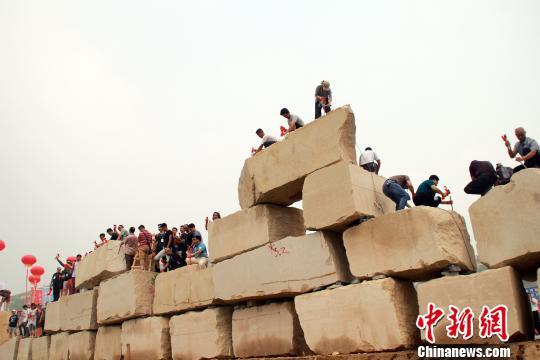 世界最大单体犬类石雕《义犬大黄》在河北曲阳开凿