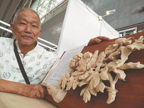 77岁木匠王臻年玩起木雕两年 雕出仿古家具7件套