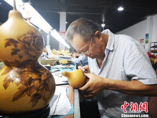 安徽临泉烙画葫芦走俏海外市场